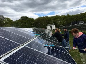 Klusteam Reinaerde maakt zonnepark De Bilt klaar voor zomerzon