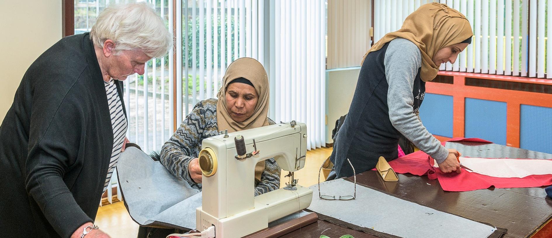Begeleiding tijdens de basiscursus 'Naaien & kleding herstellen' (foto: © Hans Lebbe/HLP images)