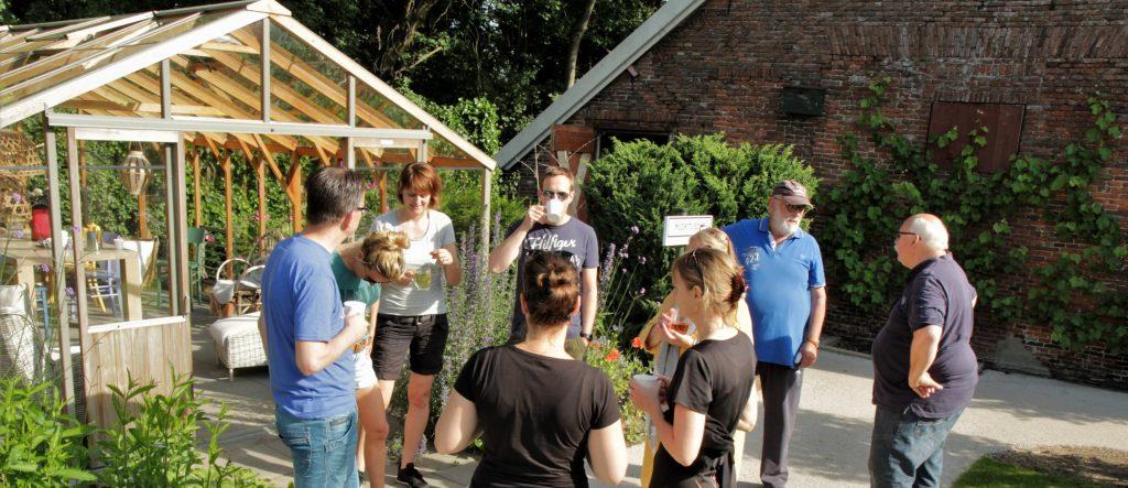 Medewerkers van een sales organisatie zetten zich tijdens bedrijfsuitje vrijwillig in bij Hospice Demeter.