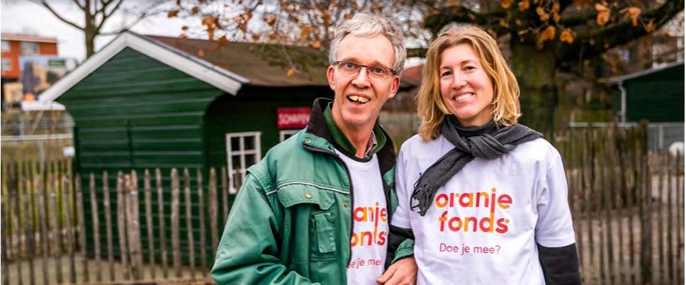 Frank en Marieke van Reinaerde samen aan het werk bij Kinderboerderij De Schaapskooi in Bilthoven (© Oranje Fonds - Remko de Waal)