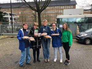 Jongeren van Zorgboerderij Griftenstein en Zorg bakten taarten voor RIVM-medewerkers